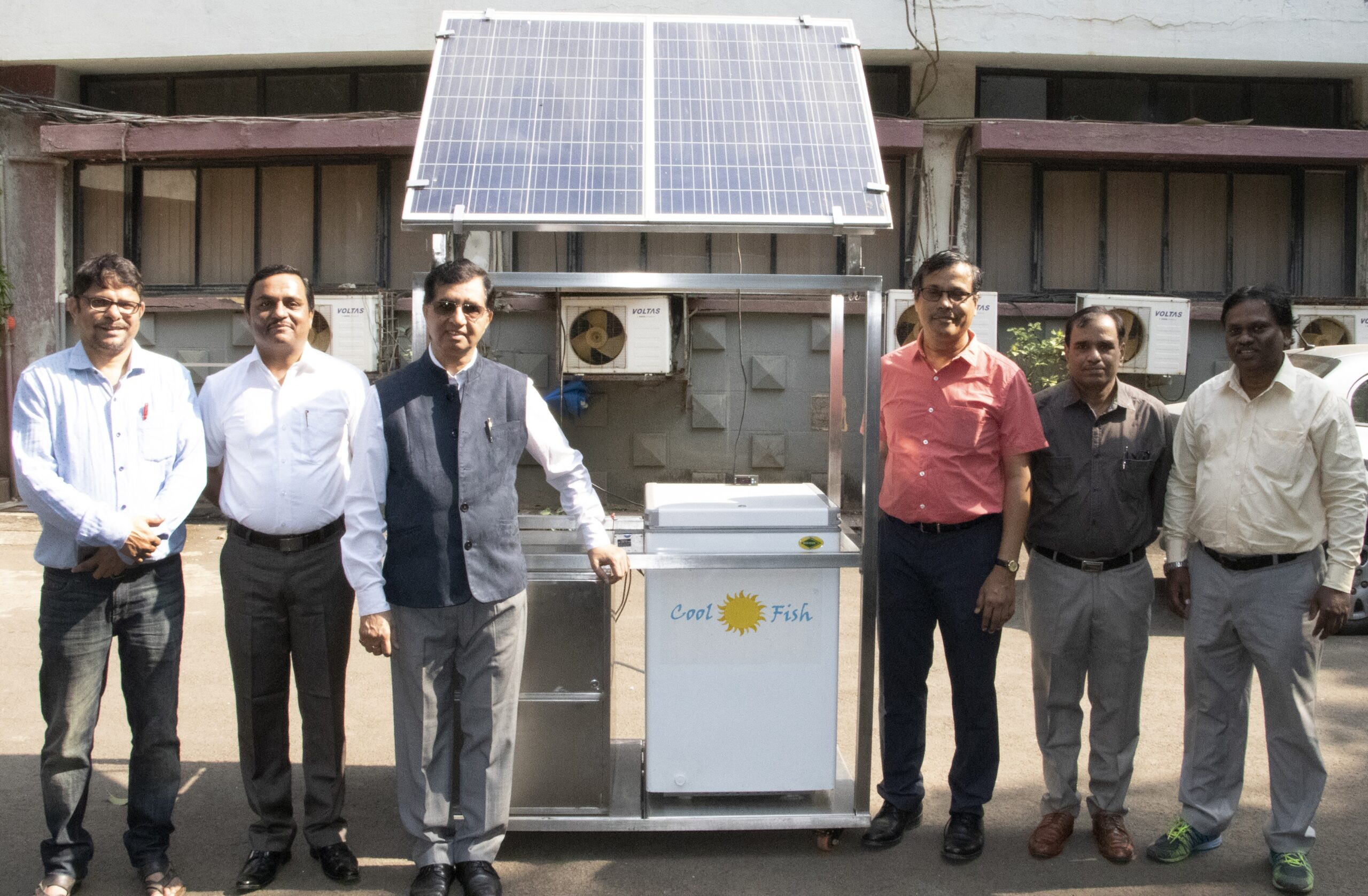 Solar-powered cooler for fish retailers